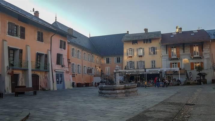 Grande place, cité de Conflans